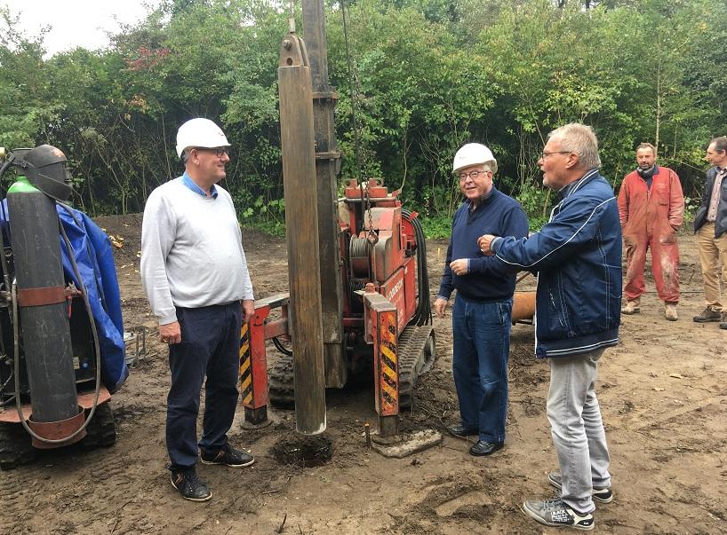 Gerard Veldt en Peter Sibinga slaan de eerste paal